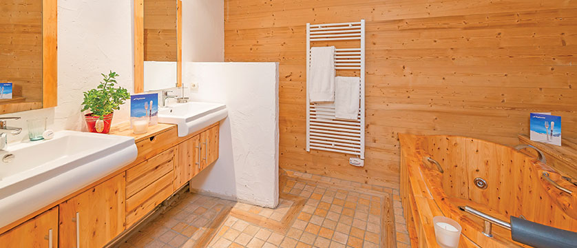 france_avoriaz_chalet-fleurie_jacuzzi-bathroom.jpg
